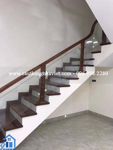 Cầu thang kính chân gỗ mẫu mã đa dạng, giá rẻ