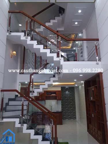 Tổng hợp mẫu cầu thang kính cho nhà ống đẹp nhất, hiện đại nhất