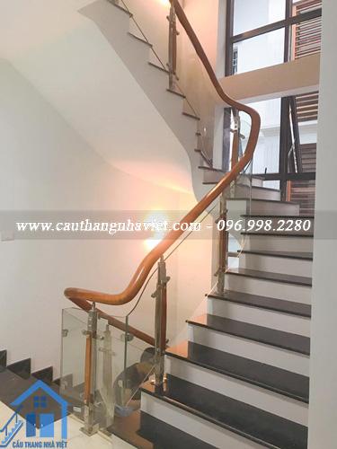 Cầu thang kính tay vịn gỗ - Sản phẩm đẳng cấp với nhiều ưu điểm nổi bật