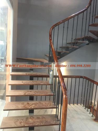 Cầu thang sắt bậc gỗ sang trọng đẹp mắt